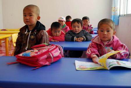 小朋友在新建的村幼儿园上课