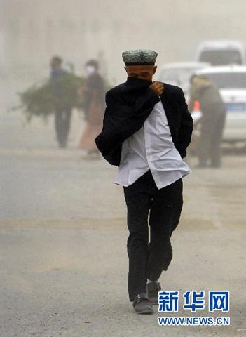 新疆喀什出现大风扬沙天气 能见度不足百米