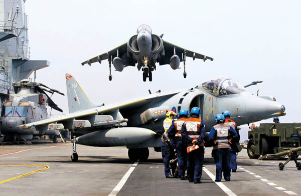 """2010年,7月21日,美国海军航空母舰""""乔治·华盛顿号""""抵达韩国釜山港"""
