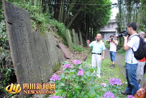 """""""重走长征路""""记者参观芦山县保存的红军石刻标语"""