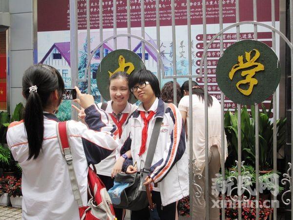 【新民网独家报道】6月19日下午,2011年上海初中毕业统一学业考试落下帷幕。今年申城共有8.73万名考生赴考,全市共设176个考点、3872个考场。   今天下午开考的科目是数学。新民网记者在静安区七一中学考场外看到,距离考试结束还有5分钟,第一名考生走出了校门,这名男生随即就被众多家长围聚起来,询问试题内容和难易程度。   15点40分,伴随着截考铃声的响起,考生们陆续走出学校,但很多学生依旧沉浸在考试的紧张氛围中,三三两两地围聚在一起讨论解题方法。另有不少考生则抓紧机会在学校门口拍照合影,用影像