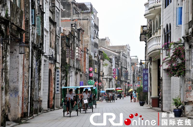 历史文化街区往往是一个城市记忆保持最完整、最丰富的地区。它们不仅是一个地区、一个城市悠久历史和灿烂文化的最好见证,也是人们的精神家园;它们既体现出历史文化价值,也构成了今天的现实生活。   伴随着中国城市化进程的迅速推进,很多城市的历史文化遗产得到了良好保护,并在城市的全面、协调、可持续发展中发挥重要作用。但与此同时,一些历史文化名街和街区在城市开发过程中正在受损或消失,一些有重要文化价值的文化生态也已难以恢复。这一现象已经引起中国社会的广泛关注。   为了增强全社会对历史文化街区的保护意识,并将中国