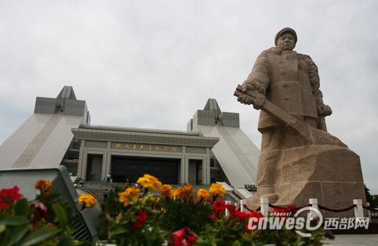 6月22日,网络媒体龙江行采访团走进铁人纪念馆