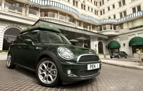"""它身披""""半岛酒店绿""""车身制服,头顶与车身同色印有酒店标识的车顶行李"""