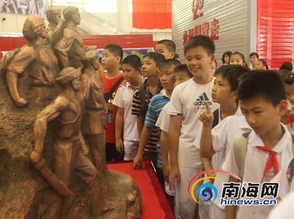海口小学生参观革命烈士雕像