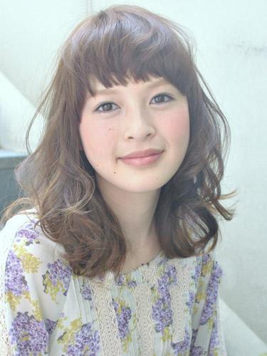 齐眉碎刘海×浅米色:可爱水母发型