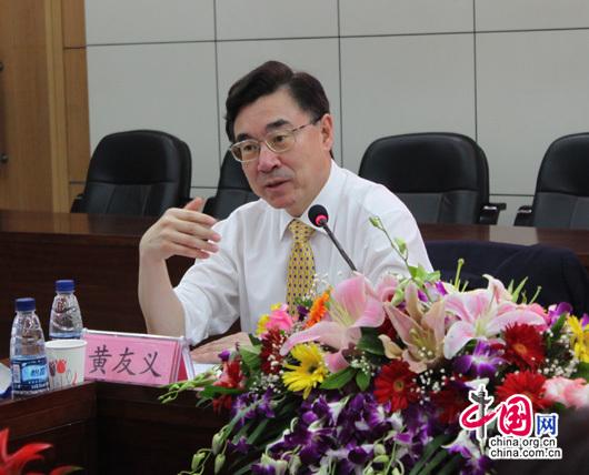 中国译协副会长兼秘书长黄友义在成立仪式上讲话