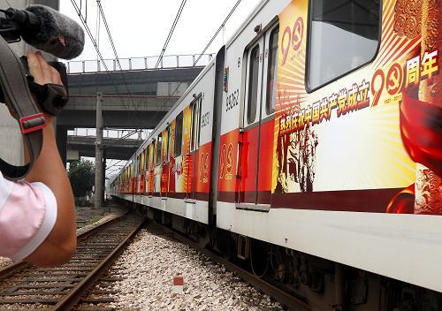 运行中的红色地铁列车