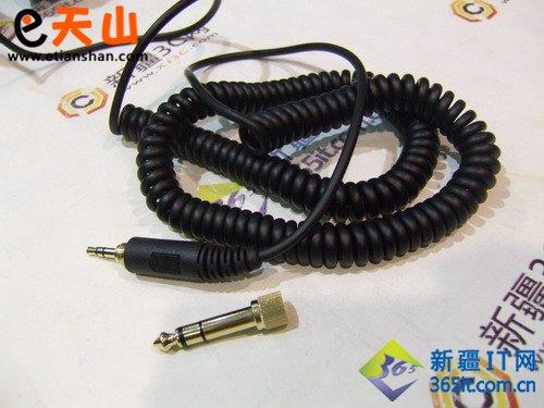 森海塞尔hd 215耳机其最具特色的就是螺旋形的导线,象电话线的,戴上后