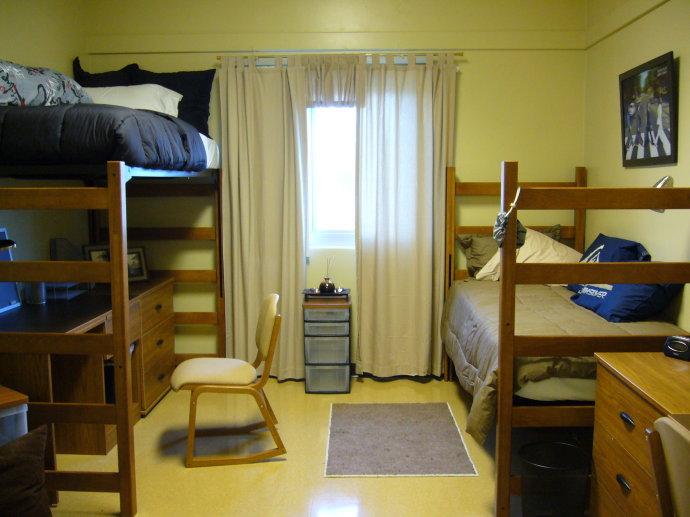 留学美国,学生和家长都会非常关心住宿的环境和条件。美国五、六十年代以后成立的学校,虽然校园建筑没有上百年,特别是二、三百年的学校古色古香,宿舍却是较之要舒适许多。历史悠久的宿舍内部可以装修,但是结构却是没法改变,比如说洗手间和盥洗室可能是公用的,比如说室内空间比较小。时代不同,需求不同,不便是难免的,有得必有失,甘蔗没有两头甜,在哪里都是如此,看您如何选择。室内公用休息空间名字招贴于房门见此高.