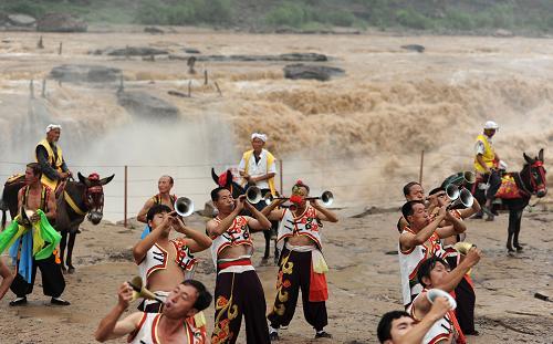 7月5日,民俗演员在黄河壶口瀑布景区表演 新华社发 闫锐鹏 高清图片