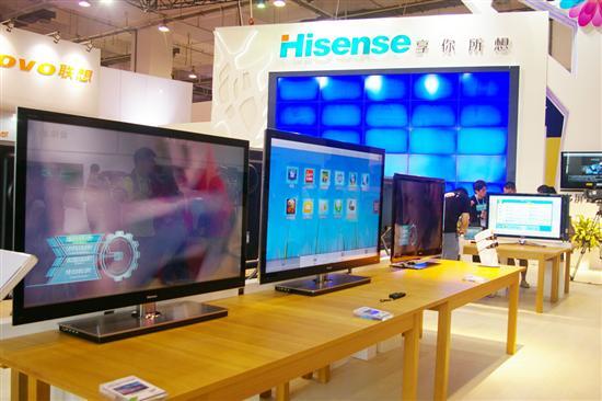 泡泡网数字家电频道7月7日 海信在7月7日青岛举行的2011中国国际消费电子博览会上,展示了智能电视3D游戏、发微博、聊QQ、看大片等智能化娱乐生活新方式。   据了解,海信内部已成立智能产业推进部以及智能产业推进领导委员会,整合整个集团的相关资源,按照周厚健董事长给出的时间表,推进智能产业快速发展。   海信智能电视的应用商店在视频、游戏、信息服务基础上,植入电视社区、智能家居、信息共享、互动教育等功能,应用数量已经超过1000个。海信电器(600060,股吧)总经理刘洪新表示智能化是个机