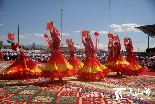 柯尔克孜族姑娘表演《挤奶舞》