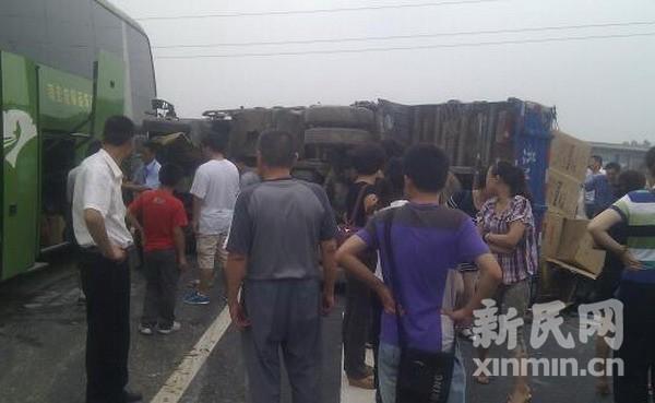 京沪高速上海段发生车祸 一货车侧翻