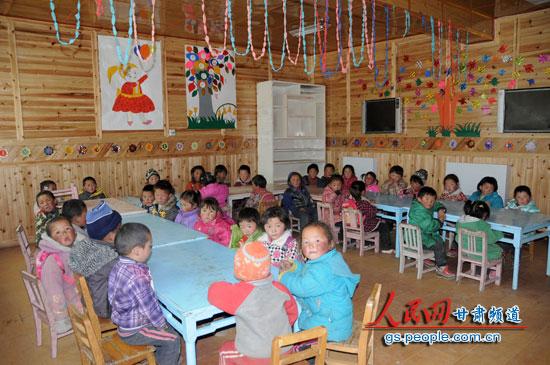 科才乡幼儿园的小孩子们(纪赟 摄)