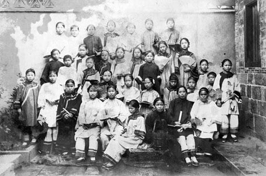 组图:中国百年前的女子学校 女学生一律禁止缠