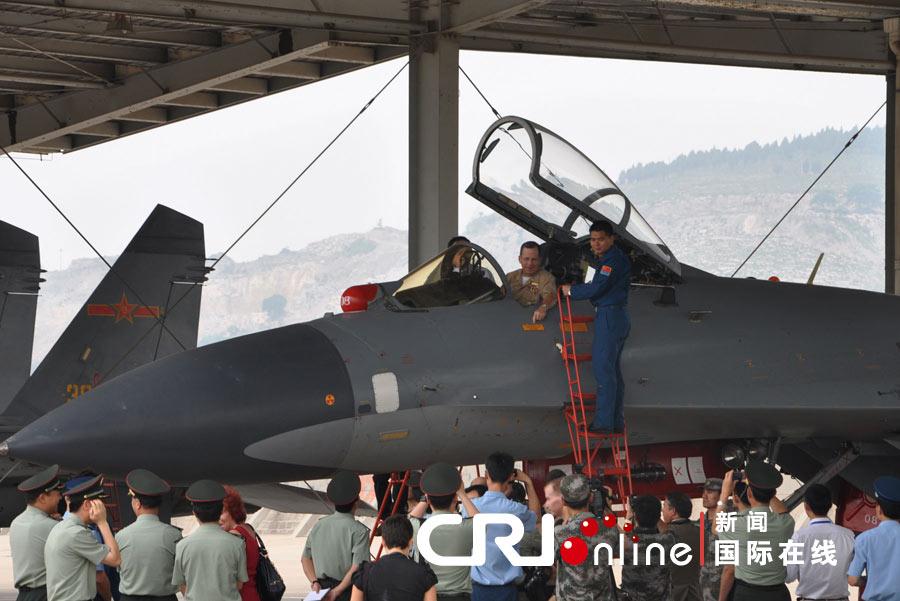 美参谋长联席会议主席马伦访问济南军区空军场站(高清