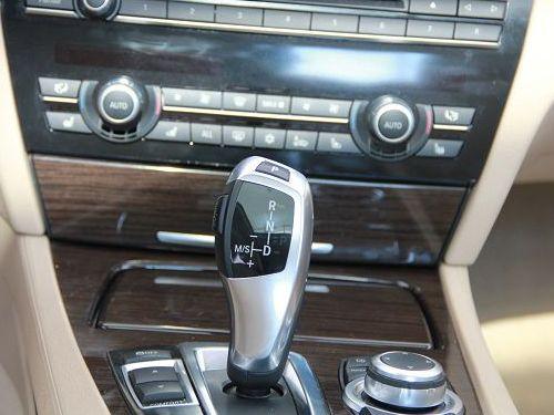 电子驻车和灯光控制按钮,标配夜间行车辅助系统