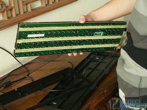 键盘进水第三步:拿出电路板