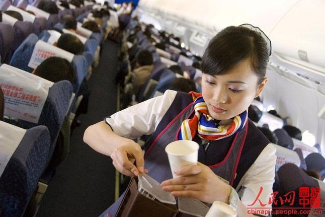 网友实拍:空姐在飞机上忙些啥(组图)-新闻频道-和讯
