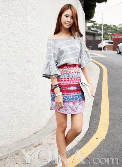 民族印花图案的a字裙感觉俏皮可爱,搭配一件比较素雅的t恤,整身感觉不