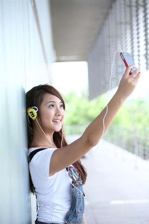 美女大学生曝疑是意想派新品耳机谍照
