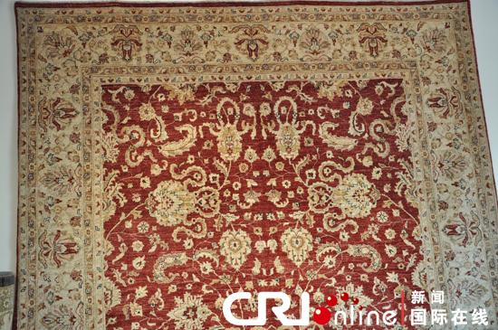 手工编织的阿富汗纯羊毛地毯世界闻名