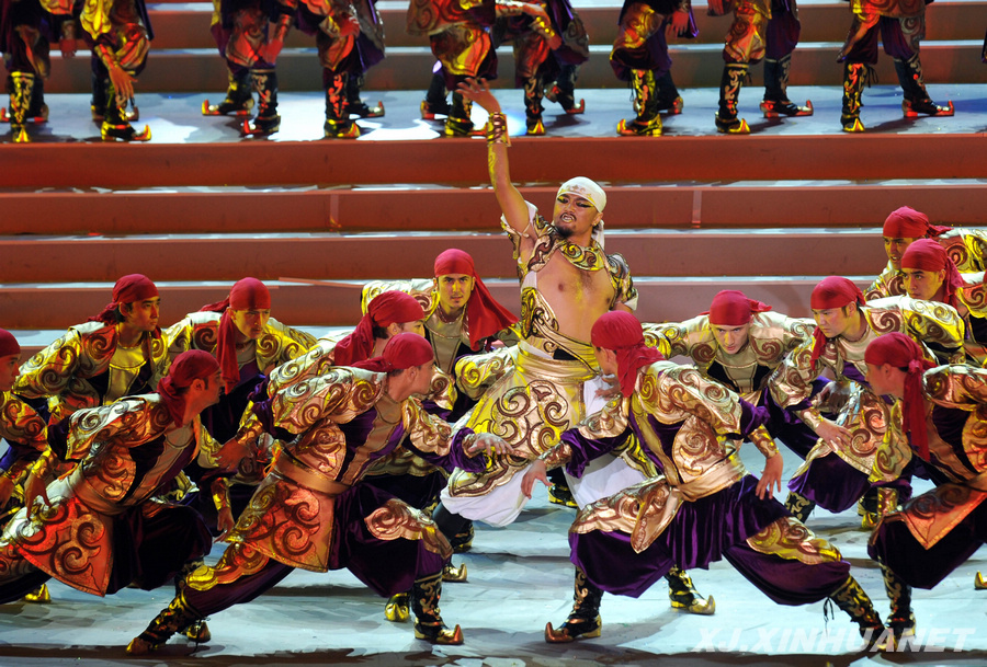 7月20日,演员在开幕式上表演哈萨克族舞蹈《黑走马》.