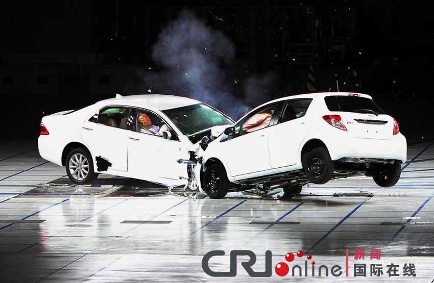日本丰田汽车公司演示碰撞试验高清图片