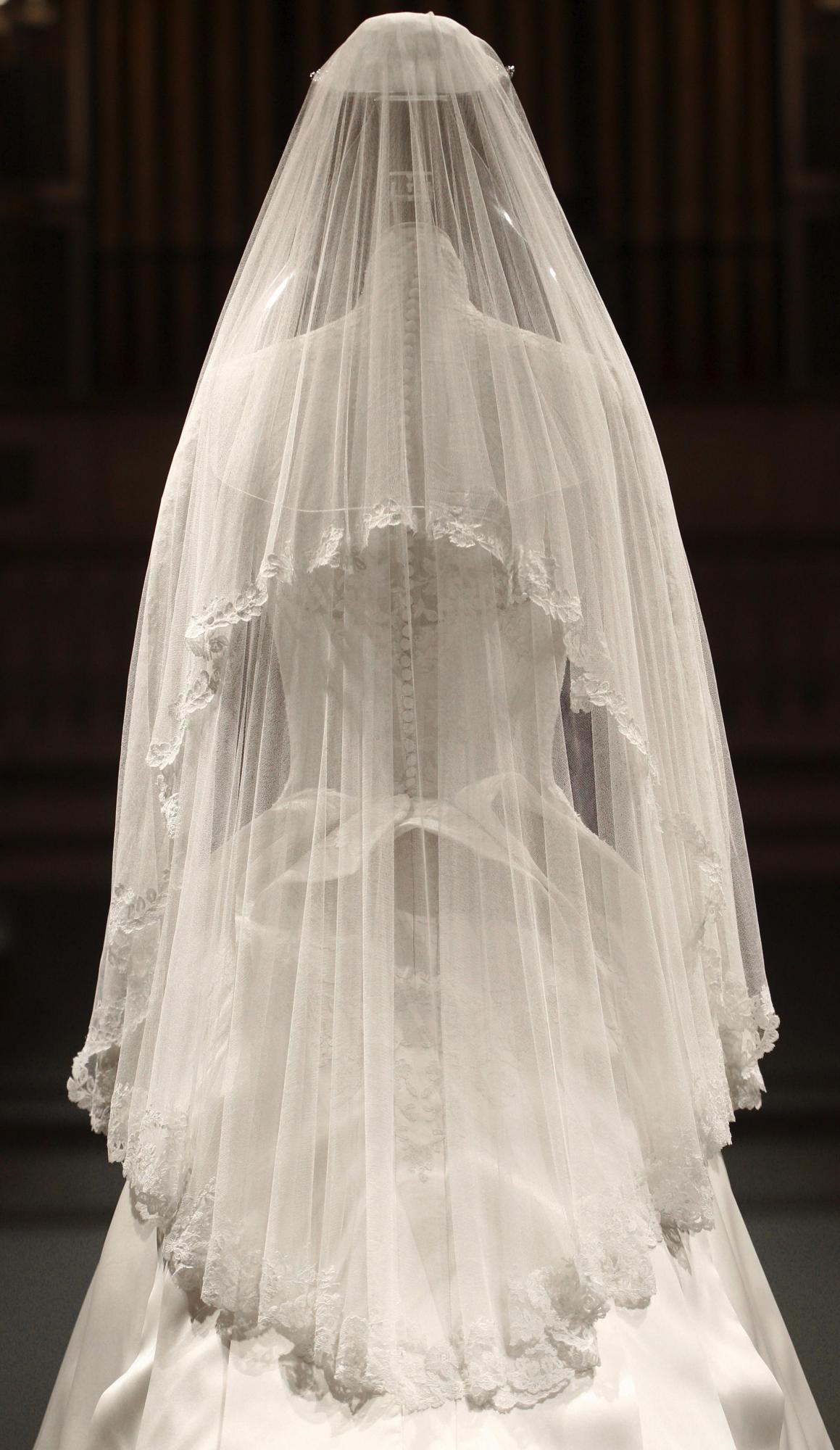 7月22日,英国王妃凯特的婚纱在伦敦白金汉宫展出婚纱的后摆长达2.7米婚纱的背部体现了经典的维多利亚风格精工雕琢的婚鞋,英国尺码5.5号婚礼蛋糕,最上面三层是复制品新娘的手捧花的复制品2011年4月29日,灰姑娘凯特和威廉王子完婚