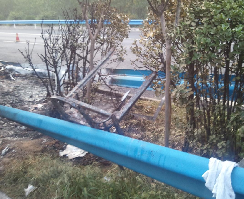 事发路段已禁止通行  昨天(22日)凌晨四点左右,一辆由山东威海开往湖南长沙的双层大客车在京珠高速由北向南938公里处突发大火燃烧,目前造成41人死亡,6人受伤,其中一人重伤。目前,国家安监总局等多部门组成的联合调查组已到达现场,事故原因正在进一步调查中。工作人员正在清理现场隔离带中还有客车部分残骸现场玻璃洒满一地伤者已送往医院