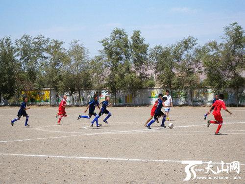 新疆首个以社会爱心资金捐助的乡村少年足球队