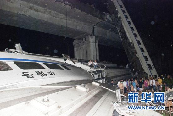 温州动车追尾事故致35人死192人伤 铁道部致歉