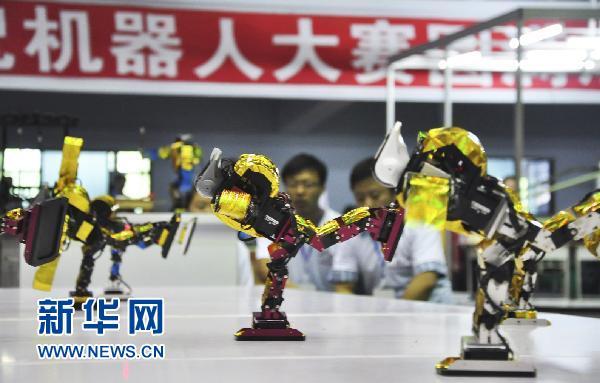 省海林市体育馆机器人比赛场地,几位参赛机器人表演舞蹈.新华社