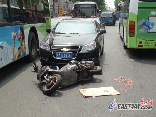 助力车-车路口撞翻两辆助动车