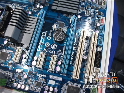 扩展插槽方面,技嘉ga-970a-d3主板提供了2个pci-e x16插槽,3个pci-e