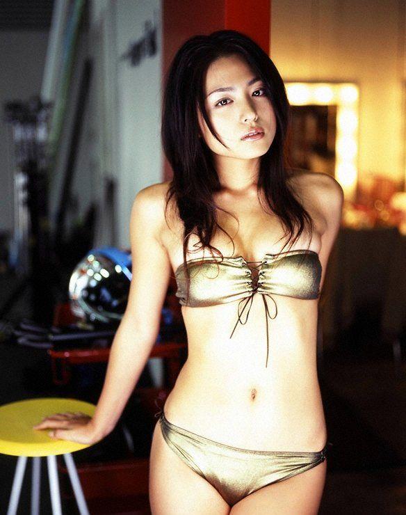 日本性感美女横卧香车 汽车频道