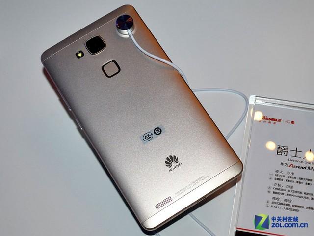 三段式的机身背部最显眼的是摄像头下方的指纹识别区域。华为Mate7采用了和苹果iPhone5s一样的点按式指纹识别方式,指纹识别区域被一圈金属加以包裹。背部点按式的设计带来的好处是单手进行持握也可以轻松解锁。机身背部的左下方是扬声器的位置,一般情况下横向持握手机并不会挡住扬声器。   编辑点评:细节按键方面,华为Mate7的设计也合情合理。音量键和电源键设计在了机身的右侧,单手持握时可以轻松的用大拇指点按到。华为支持双卡双待,上面的卡槽支持Micro SIM卡接入,下面卡槽则支持Nano SIM卡与M