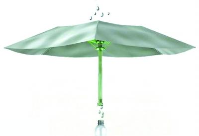 杆,伞身由白渐黑,合起来恰如毛笔的笔头,雨伞顶端柔软的合成材料制成