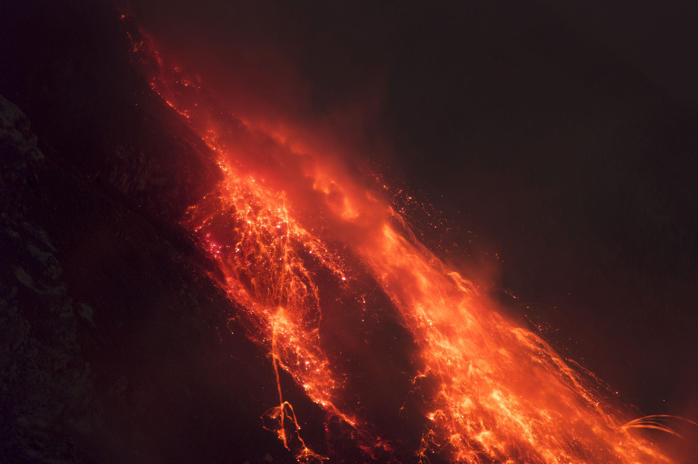 (锐视角)印尼锡纳朋火山喷发